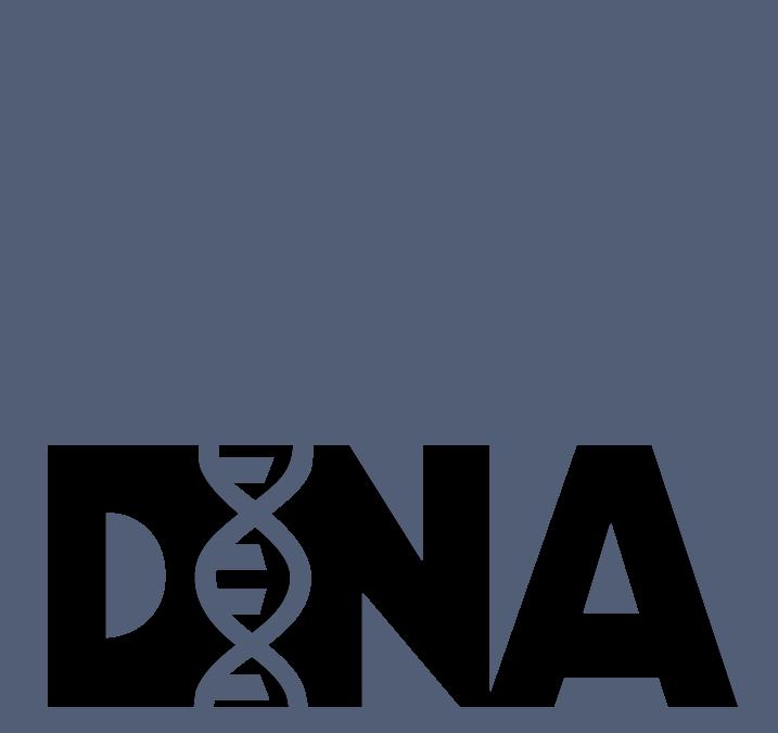 Das Bild zeigt das Logo von Agentur DNA+ Media. Es ist gekennzeichnet durch eine grau-weiß-karierte Typografie des Agenturnamens mit eingearbeiteter DNA-Abbildung. Der Hintergrund ist blau-grau.